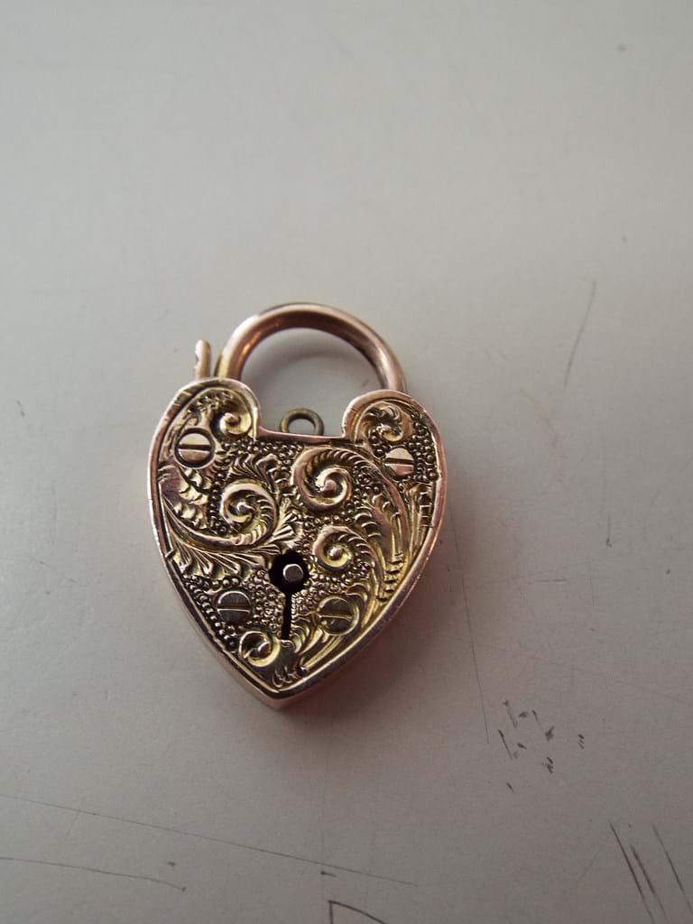 9 carat gold heart shape pendant